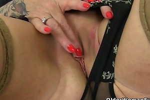 UK gilf Camilla lets a pocket vibrator hum at large on her clit