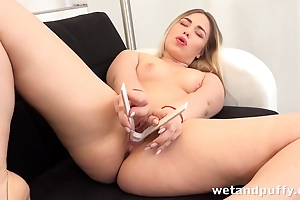 Cute hussy with big ass shows her hawt masturbation